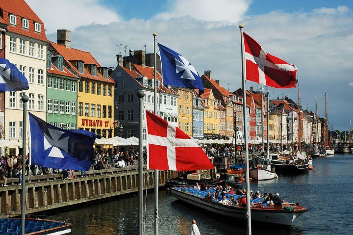 1280px-Nyhavn_canal_as_seen_from_Kongens_Nytorv_square,_Copenhagen,_Denmark,_Northern_Europe-2